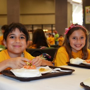 Summer_kids_eat_lunch_-_Flickr_-_USDAgov